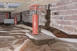 Подъем деревянного дома на фундамент домкратами: цена работ и технология